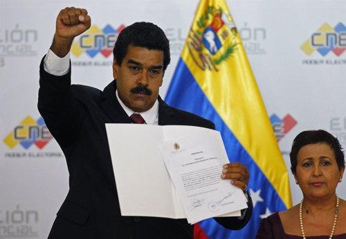 Maduro y la presidenta del CNE