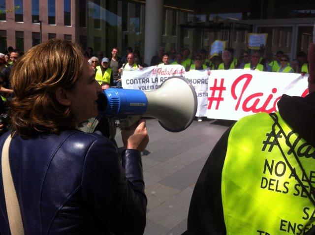 La portavoz de la PAH, Ada Colau, y el colectivo de 'iaioflautas'