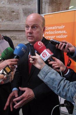 El conseller Máximo Buch atiende a los periodistas.