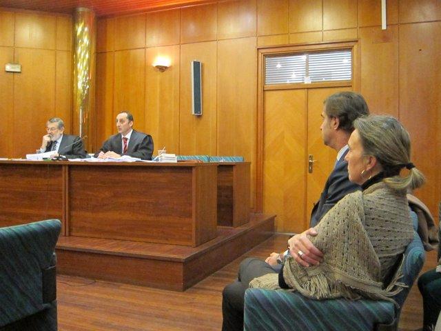 La acusada en el juicio de Mercasantander y su marido