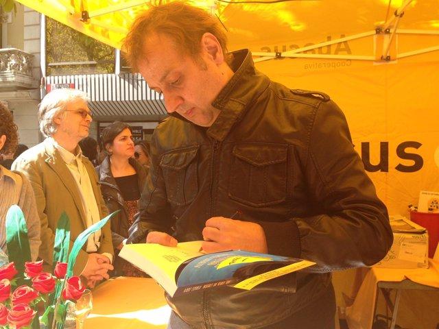 Albert Espinosa firma libros en Sant Jordi