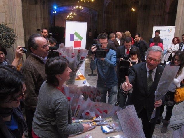 El alcalde de Barcelona, Xavier Trias, paga 10 euros por una rosa de Sant Jordi