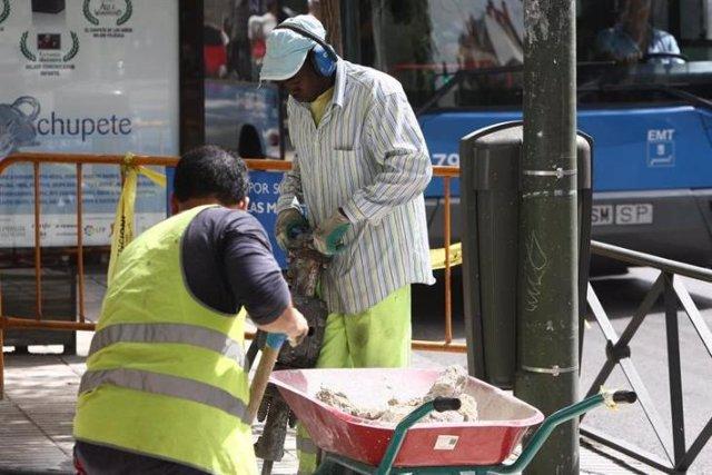Inmigrantes trabajando en una obra
