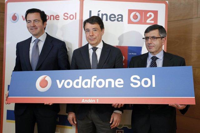 Cavero y González en la firma del acuerdo entre Metro y Vodafone