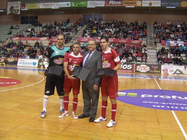 Kike, Miguelín y Rafa reciben una placa de manos de su presidente