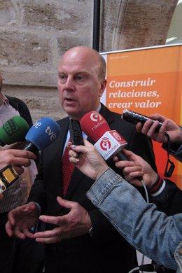 El conseller Máximo Buch atiende a los periodistas tras el acto de PwC y FEBF.