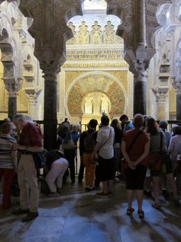 Un grupo de turistas ante el mihrab de la antigua mezquita de Córdoba