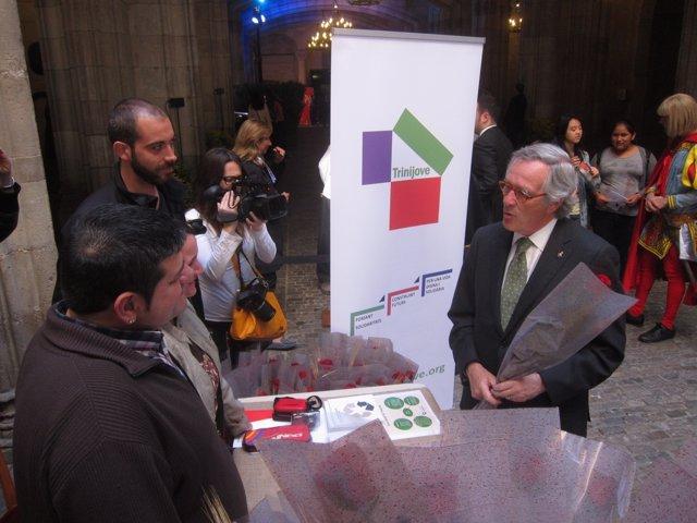 El alcalde de Barcelona, Xavier Trias, en un puesto social por Sant Jordi
