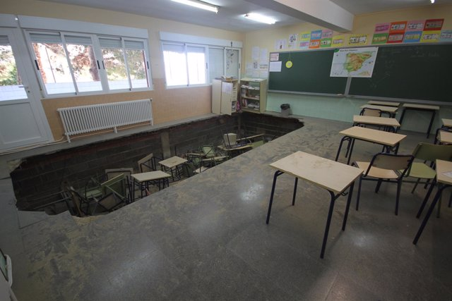 Hundimiento del suelo de un aula del colegio Hispanidad de Santa Pola