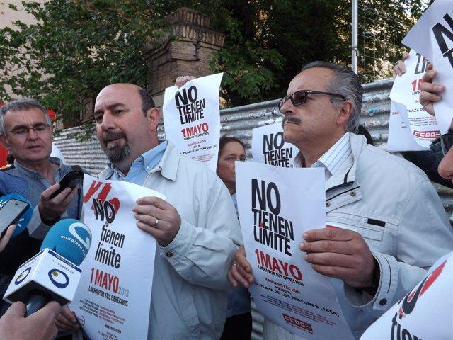 Salazar y Moral sostienen carteles del próximo Primero de Mayo.