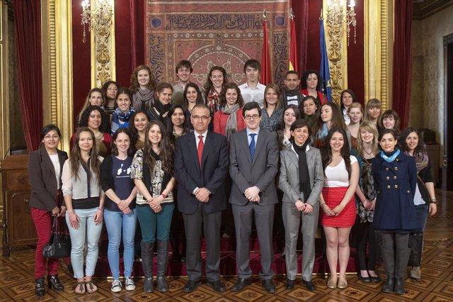 Iribas y Maya junto a los estudiantes extranjeros de la Universidad de Navarra
