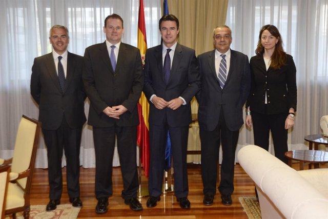 José Manuel Soria junto con los directivos de Yoigo y TeliaSonera