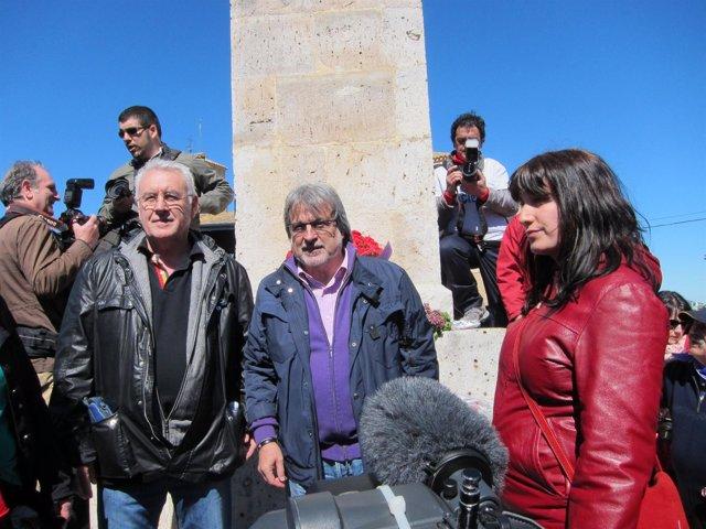 Cayo Lara y José María González en el monolito