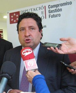 Javier Moliner atendiendo a los medios de comunicación