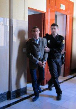 El acusado siendo conducido a la sala de vistas hoy