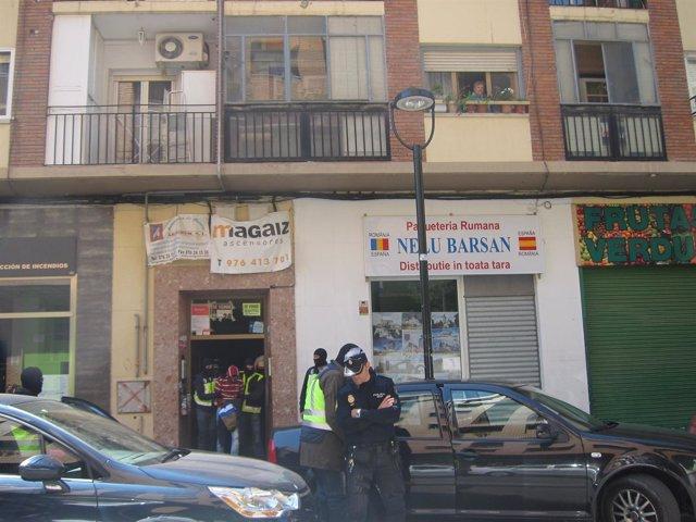 Islamista detenido en Zaragoza sale esposado de su domicilio