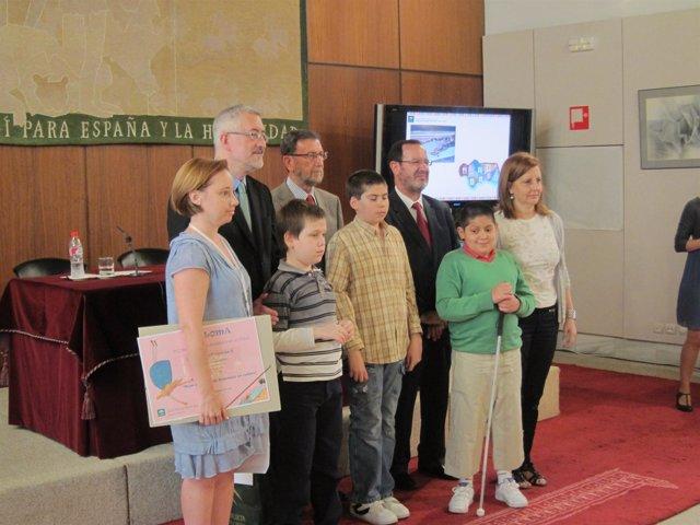El consejero Antonio Ávila con niños durante una entrega de premios
