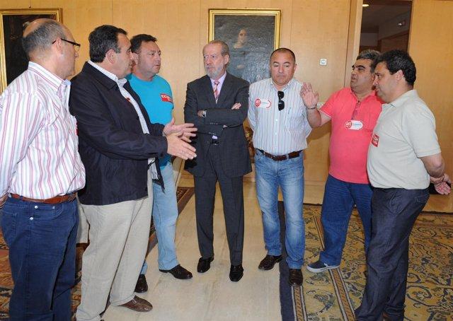 Presidente de la Diputación Fernando Rodríguez Villalobos, con empleados de Roca