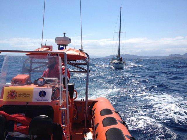 Cruz Roja de Águilas rescata a un velero de 10 metros de eslora