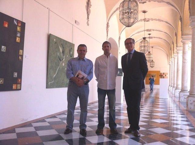 El autor, entre Fuentes y Pineda, junto a sus cuadros