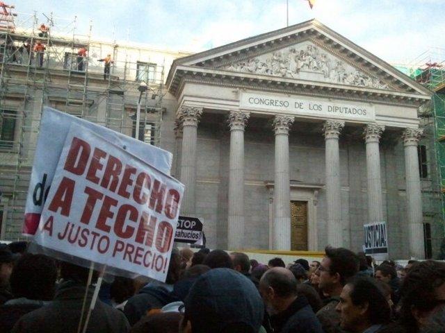 Concentración frente al Congreso contra los desahucios