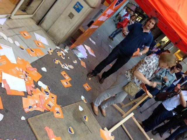 Carpa de C's en Lleida atacada durante la Diada