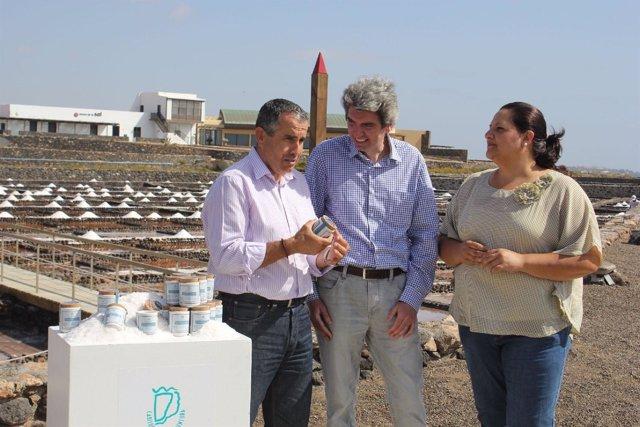Presidente del Cabildo de Fuerteventura, Mario Cabrera, con la sal de espuma