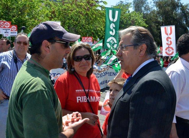 El presidente del PP-A, Juan Ignacio Zoido, con padres de educación diferenciada