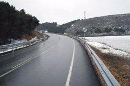 Una carretera navarra con lluvia y nieve.