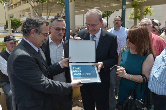 El alcalde de Málaga en la inauguración de la plaza dedicada a Ángel Valderrama