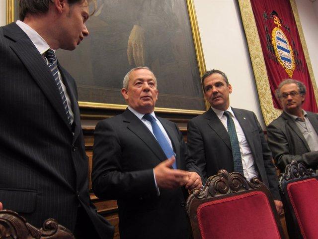 Solchaga, (centro), entre Delgado y el vicerrector Vicente Domínguez.