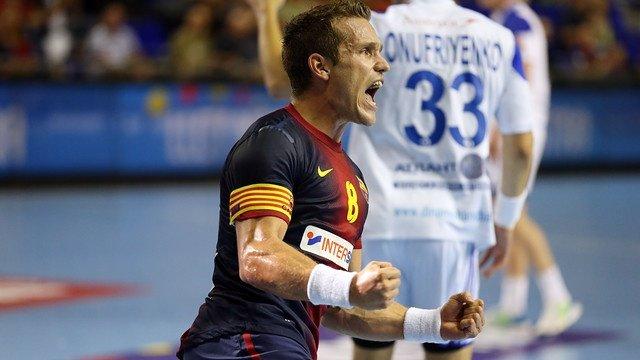 Víctor Tomás celebra la remontada del Barça de balonmano