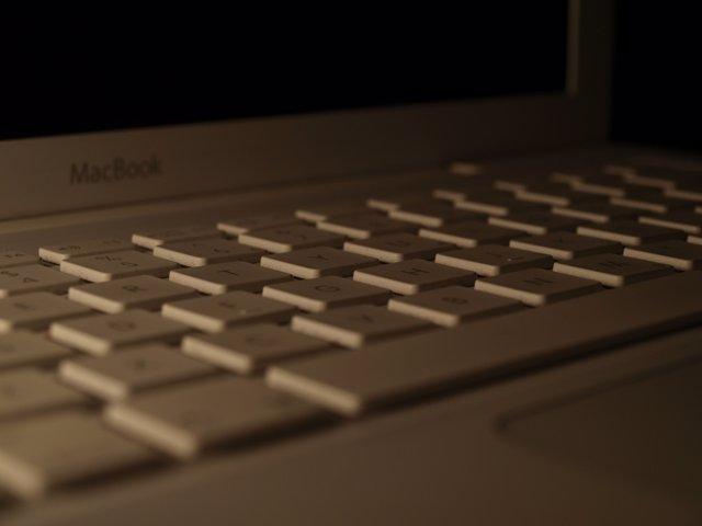 Macbook ordenador oscuro