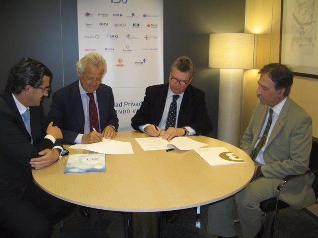 Imagen de la firma del acuerdo entre Fundación Edad&Vida e IDIS