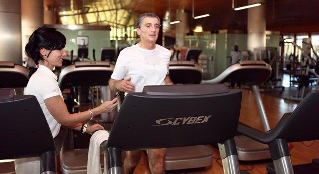 Haciendo ejercicio en un gimnasio