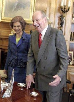 El Rey riéndose, con la reina, en Zarzuela