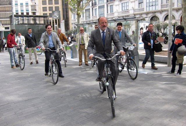 El alcalde de Valladolid inaugura el nuevo sistema de préstamo de bicicletas