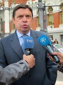 El consejero andaluz de Agricultura, Luis Planas, atiende a los periodistas