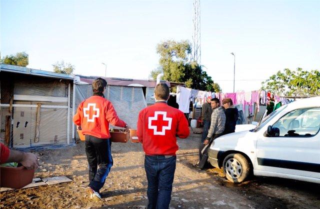 Atención de Cruz Roja a inmigrantes en asentamientos