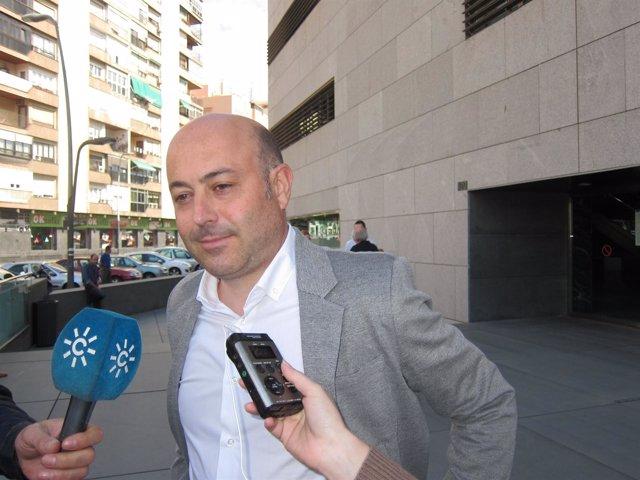 Clemente García, a la salida de la Ciudad de la Justicia de Almería