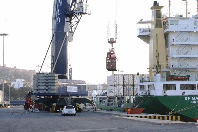 Carga de mercancías en el Puerto de Almería