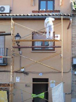 Albañil en una obra de construcción
