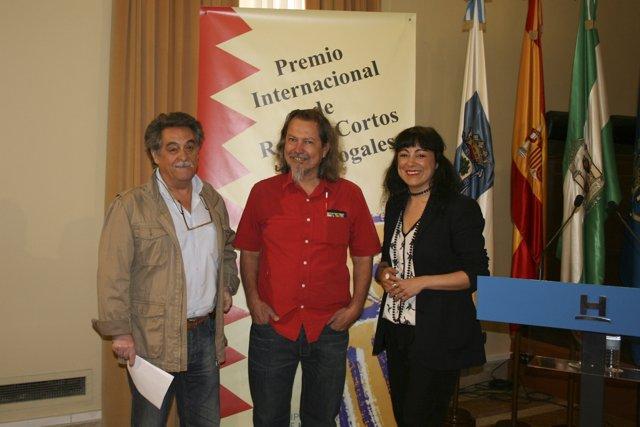 El escritor Dante Medina recoge el premio José Nogales en Huelva.