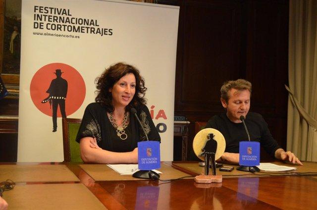 La diputada María Vázquez y el director de Almería en Corto, Luis Serrano