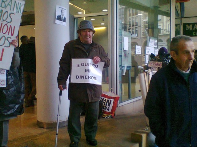 Afectados por preferentes de Caja Cantabria-Liberbank