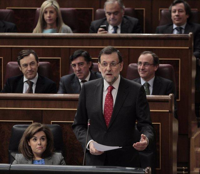 Mariano Rajoy, rodeado de Soraya Sáenz de Santamaría y Alfonso Alonso