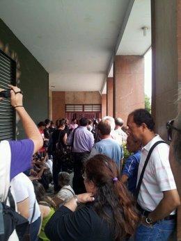 Manifestantes de Stop Desahucios ante la vivienda de la familia cubana
