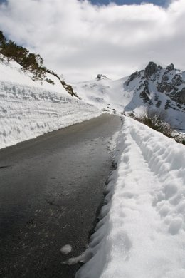 Carretera de montaña con nieve