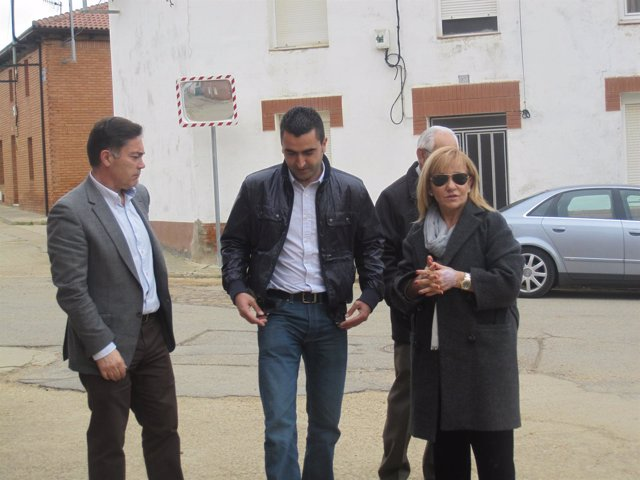 Isabel Carrasco, durante su visita a Matadeón de los Oteros