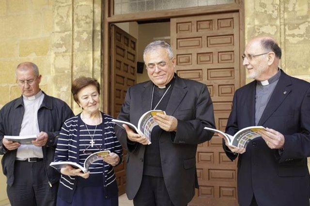 Soldado, Avilés, Fernández e Hinojosa, con la Guía en las manos